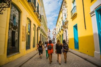 March 5-12, 2017 - Boston, MA. Students explore Old Havana. 2017 Alternative Spring Break in Havana, Cuba. Photographed by Janice Checchio for Boston University.